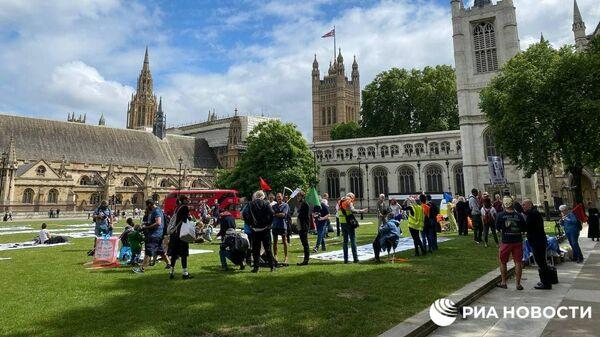 Сторонники основателя WikiLeaks Джулиана Ассанжа провели пикник в честь его 50-летия на Парламентской площади в центре Лондона