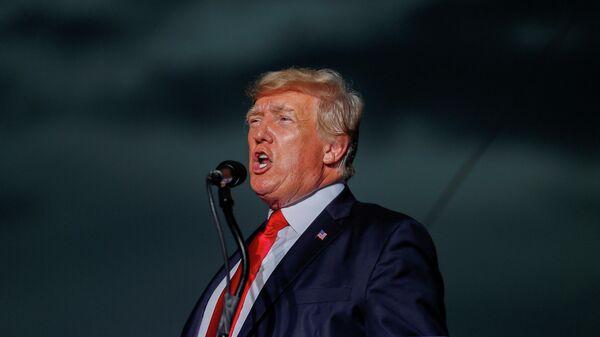 Бывший президент США Дональд Трамп выступает перед сторонниками на митинге в штате Флорида