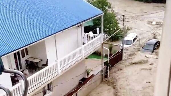 Последствия сильного дождя в Сочи. Кадр из видео очевидца