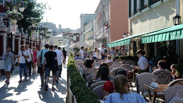 Посетители кафе в Климентовском переулке в Москве