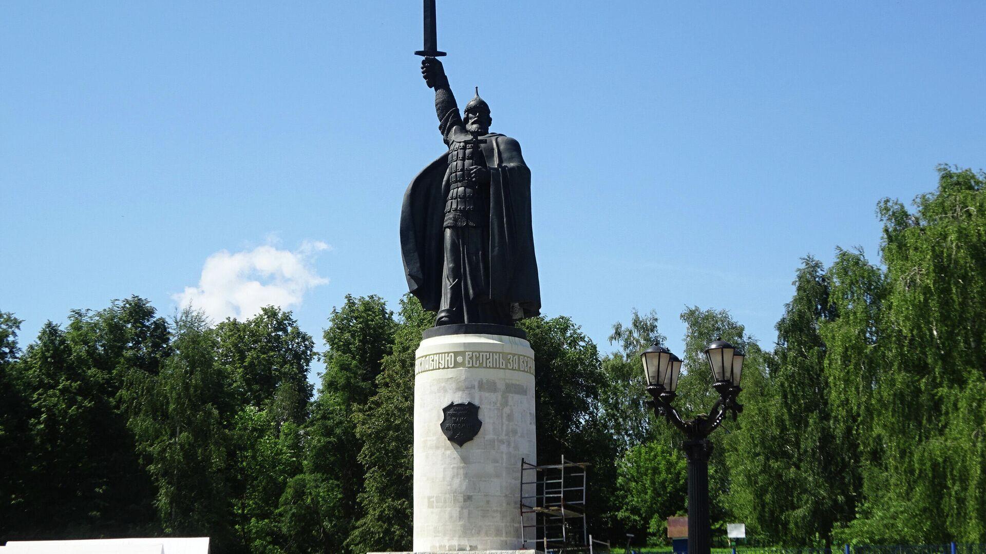 Памятник Илье Муромцу. От него можно спуститься к городскому пляжу - РИА Новости, 1920, 08.07.2021