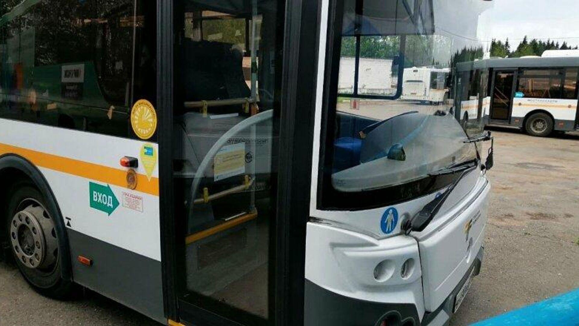 На автобусах в Подмосковье появились наклейки о том, что водитель привит - РИА Новости, 1920, 05.07.2021