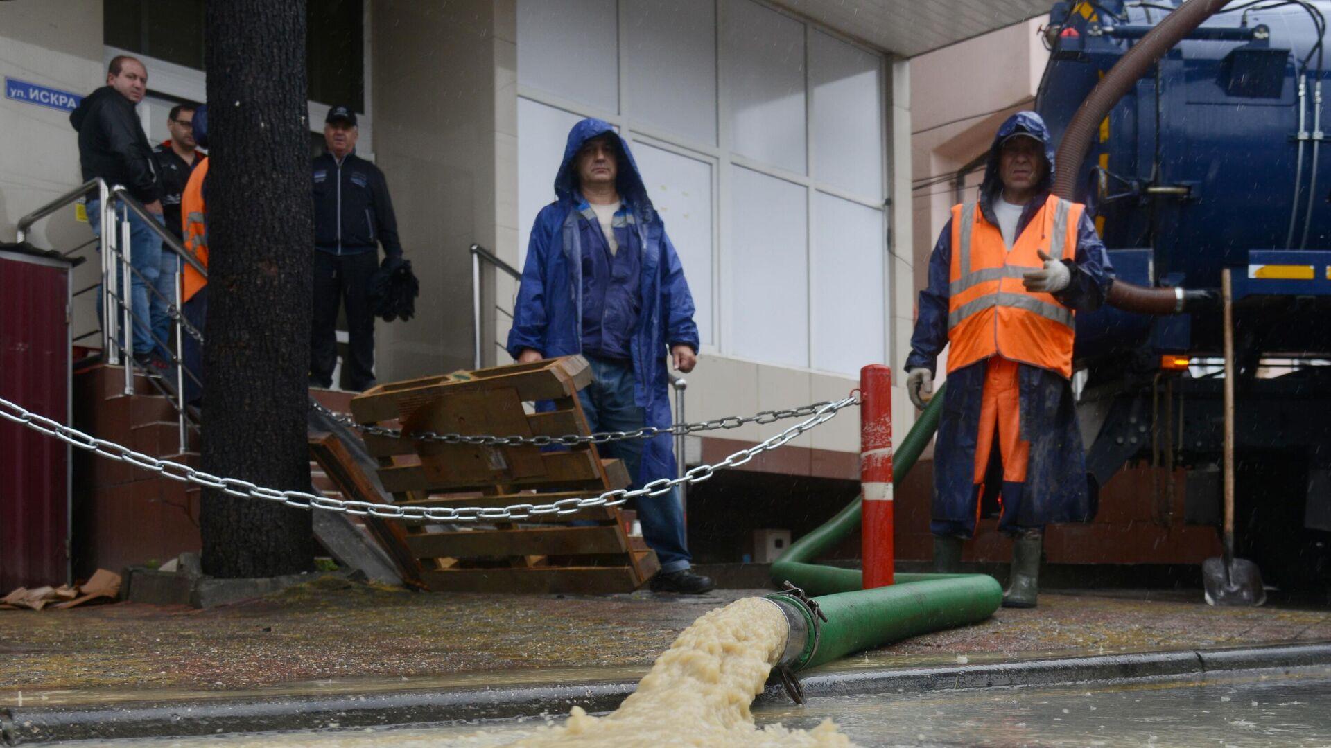 Сотрудники коммунальных служб устраняют последствия подтопления магазина в микрорайоне Кудепста Хостинского района Сочи - РИА Новости, 1920, 05.07.2021