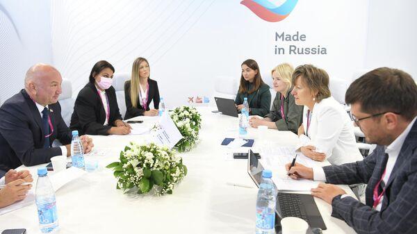 Глава РЭЦ Вероника Никишина во время рабочей встречи с министром инноваций и технологий Сербии Ненадом Поповичем