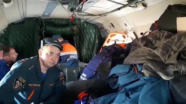Сотрудники спасательной службы МЧС РФ на борту вертолета Ми-8МТВ-1 во время поисков самолета Ан-26 на Камчатке. Стоп-кадр видео