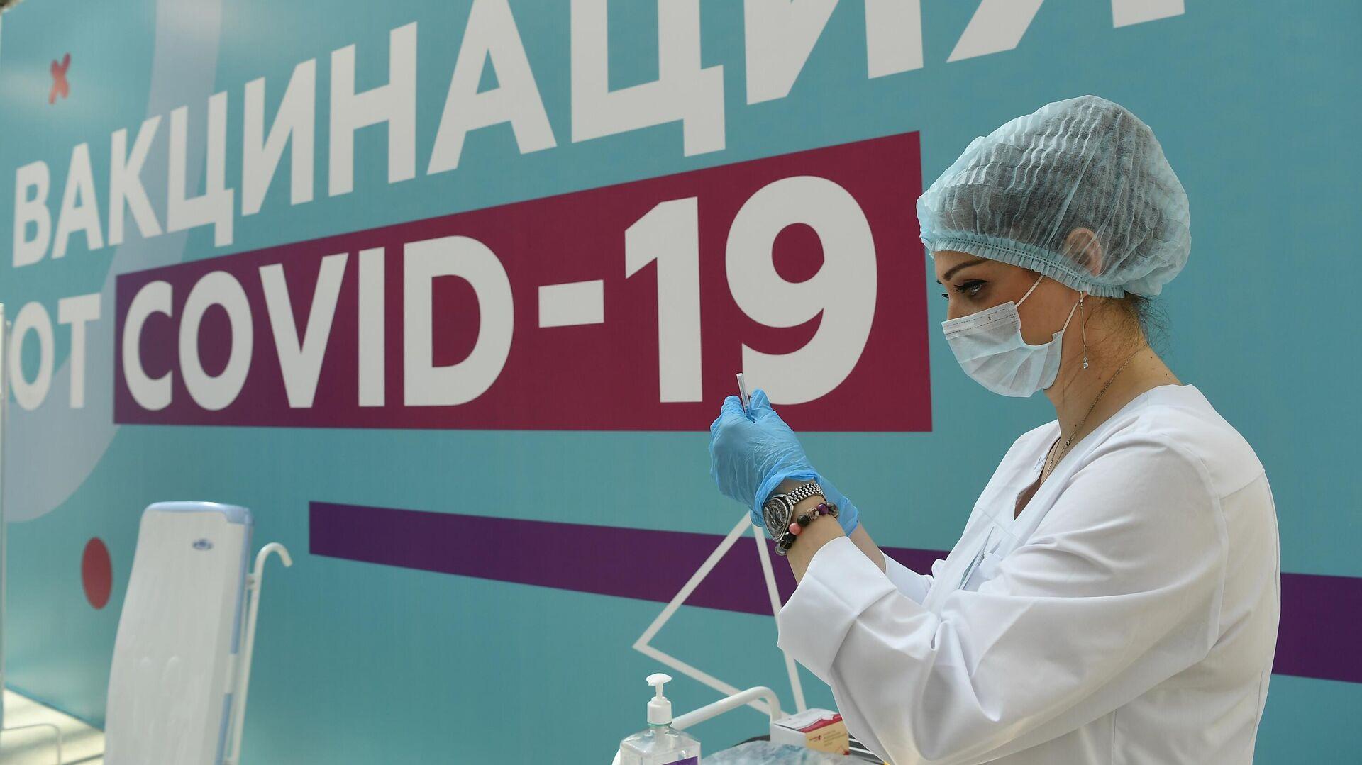 Медицинский сотрудник в центре вакцинации от COVID-19 в Гостином дворе в Москве - РИА Новости, 1920, 12.07.2021