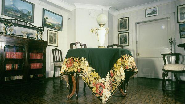 Проходная комната на втором этаже усадьбы Мураново, в которой располагается Литературно-мемориальный музей Е.А. Баратынского и Ф.И.Тютчева Мураново