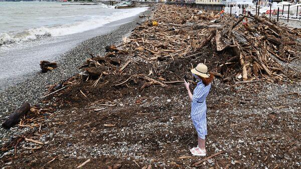Последствия подтопления на пляже в поселке Кудепста Хостинского района Сочи