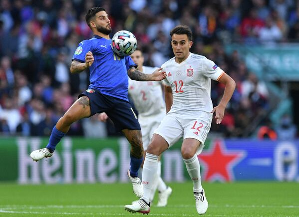 Нападающий сборной Италии Лоренцо Инсинье (слева) и защитник сборной Испании Эрик Гарсия