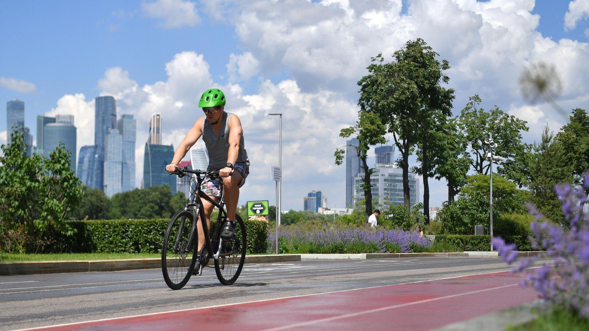 Велосипедист на Лужнецкой набережной в Москве - РИА Новости, 1920, 08.07.2021