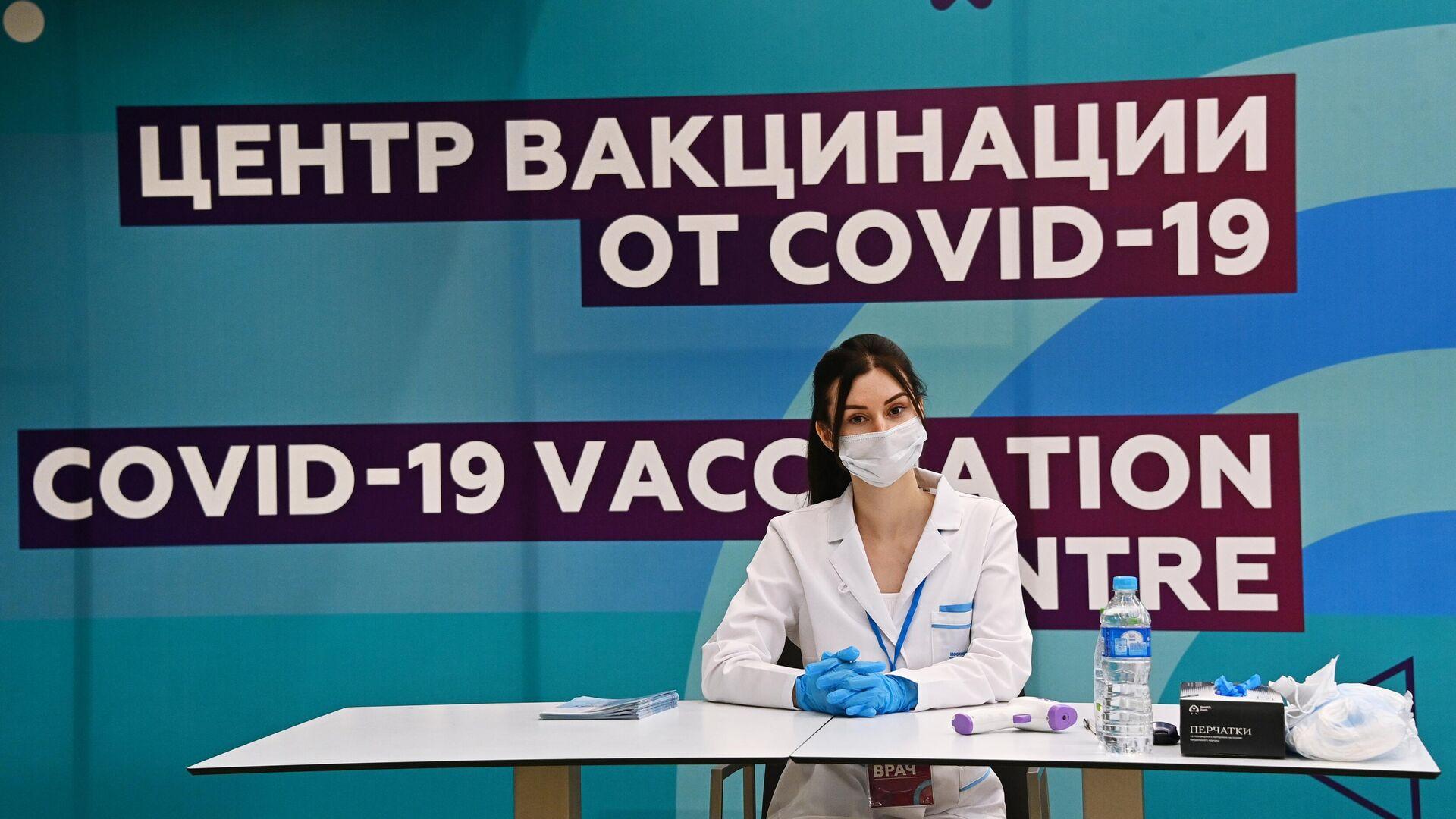 Медицинский сотрудник в центре вакцинации от COVID-19 на стадионе Лужники в Москве - РИА Новости, 1920, 19.07.2021