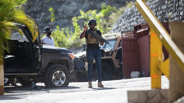Военные рядом с резиденцией убитого президента Гаити Жовенеля Моиза в Порт-о-Пренсе, Гаити