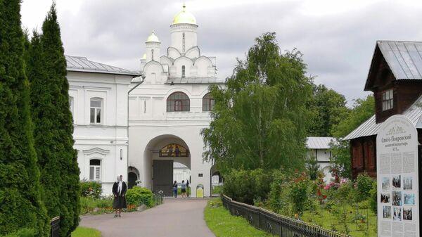 Суздаль. Святые ворота с Благовещенской надвратной церковью в Покровском монастыре