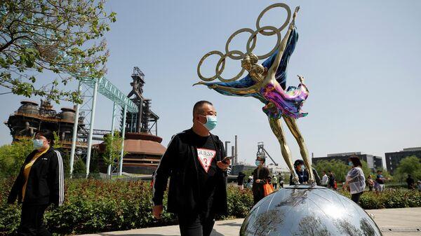 Посетители в защитных масках в парке Шуганг в Пекине