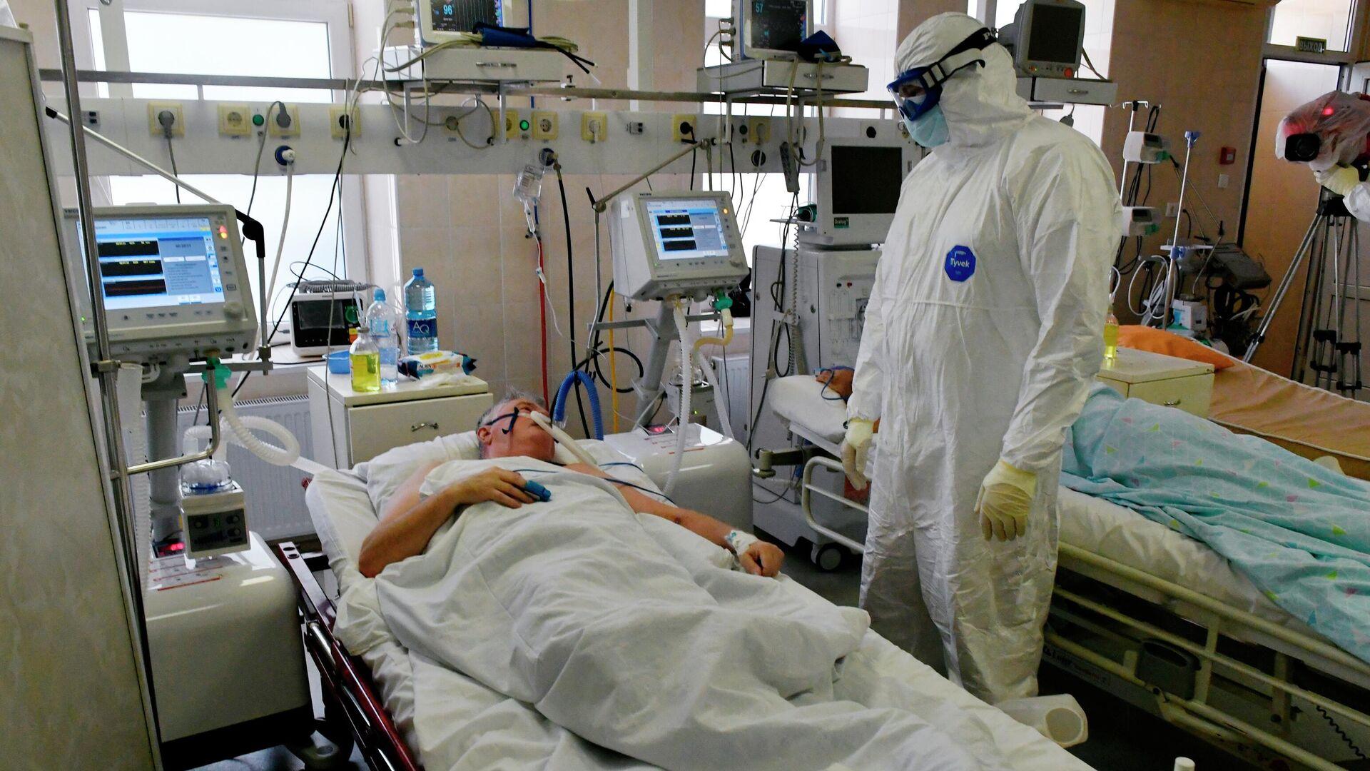 Врач и пациент в реанимации госпиталя для лечения больных Covid-19 в Краснодаре - РИА Новости, 1920, 10.07.2021