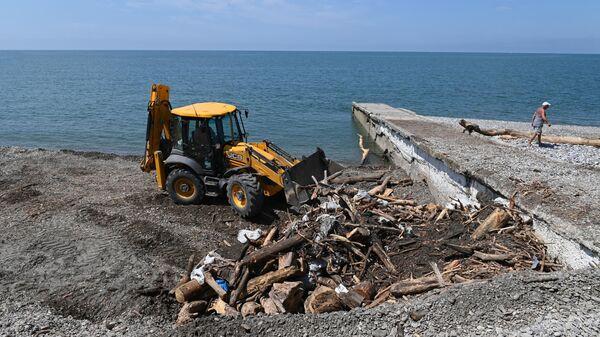 Уборка мусора на пляже Робинзон в поселке Кудепста Хостинского района Сочи