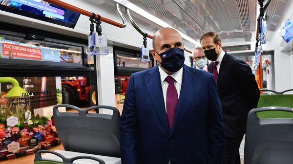 Председатель правительства РФ Михаил Мишустин осматривает трамвай Корсар на промышленной выставке Иннопром-2021 в Екатеринбурге
