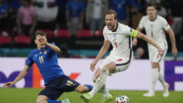 Полузащитник сборной Италии Николо Барелла и нападающий сборной Англии Гарри Кейн