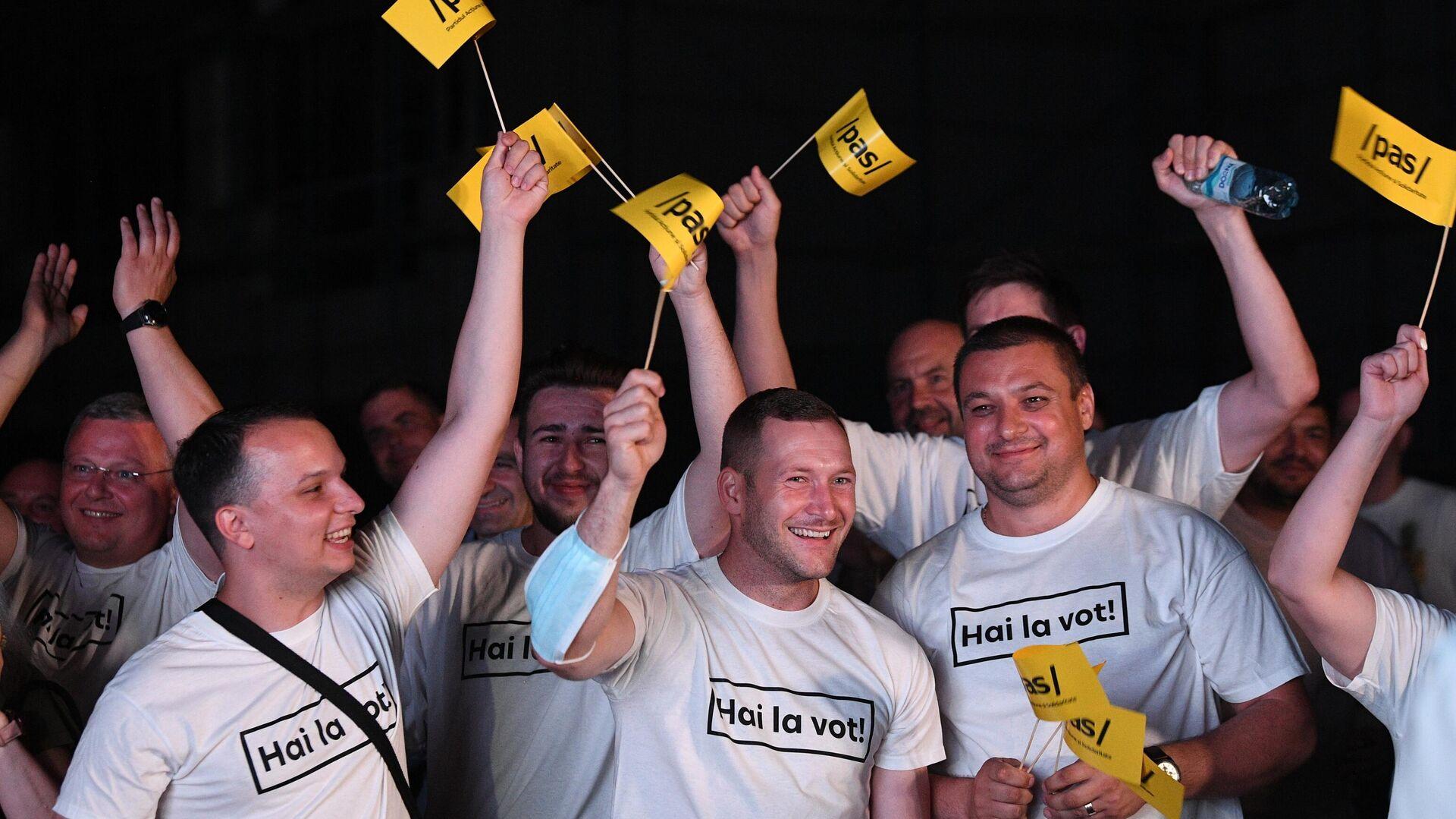 Сторонники партии Действие и солидарность во время объявления результатов досрочных парламентских выборов в Молдавии - РИА Новости, 1920, 12.07.2021