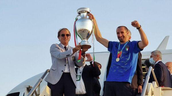 Главный тренер сборной Италии Роберто Манчини и капитан команды Джорджо Кьеллини