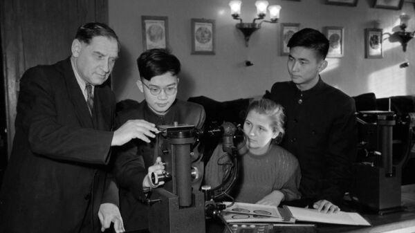 Заведующий кафедрой металлографии Борис Лифшиц на занятиях с китайскими студентами, обучающимися в СССР