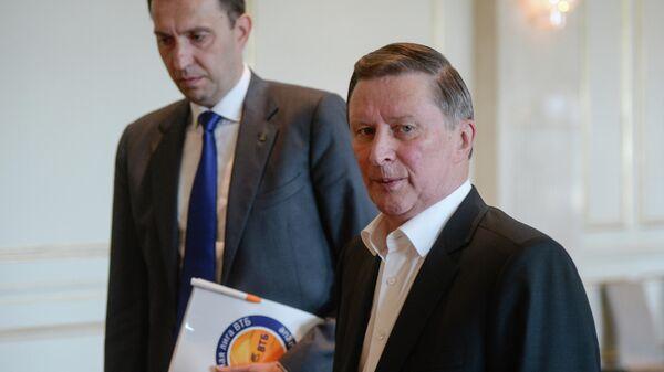 Почетный президент Единой Лиги ВТБ Сергей Иванов (справа) перед началом заседания Единой лиги ВТБ в Москве.
