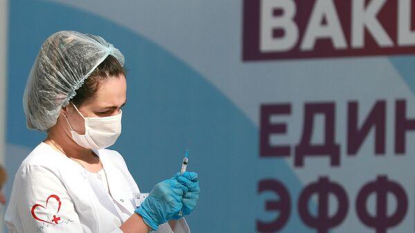 Медицинский работник держит в руках шприц с вакциной Гам-Ковид-Вак (Спутник V)
