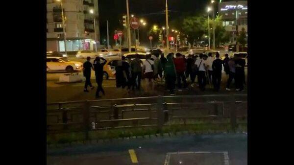 Очевидцы сняли сбор группы мигрантов у метро Кузьминки в Москве