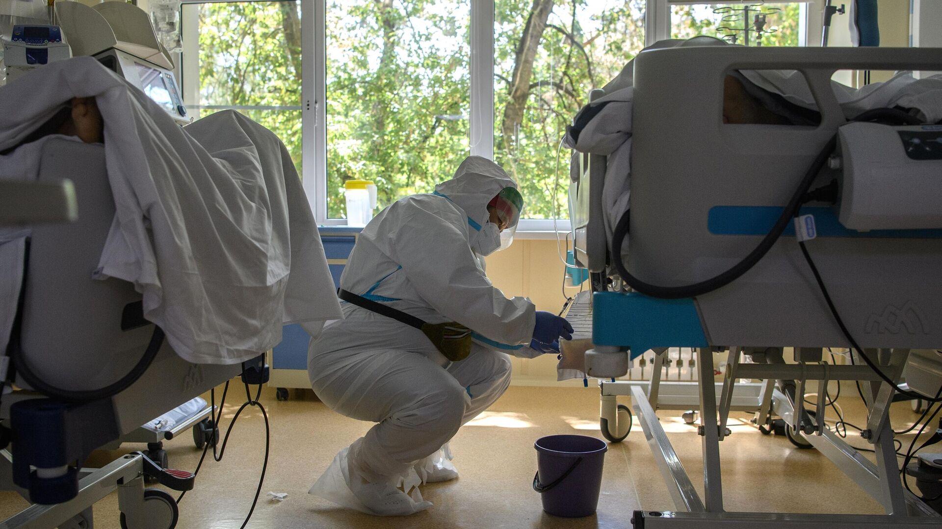 Медицинский работник в отделении реанимации и интенсивной терапии в госпитале COVID-19 - РИА Новости, 1920, 12.09.2021
