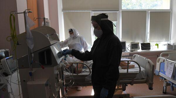 Медицинский работник в отделении реанимации и интенсивной терапии в госпитале COVID-19 в городской клинической больнице No 52 в Москве