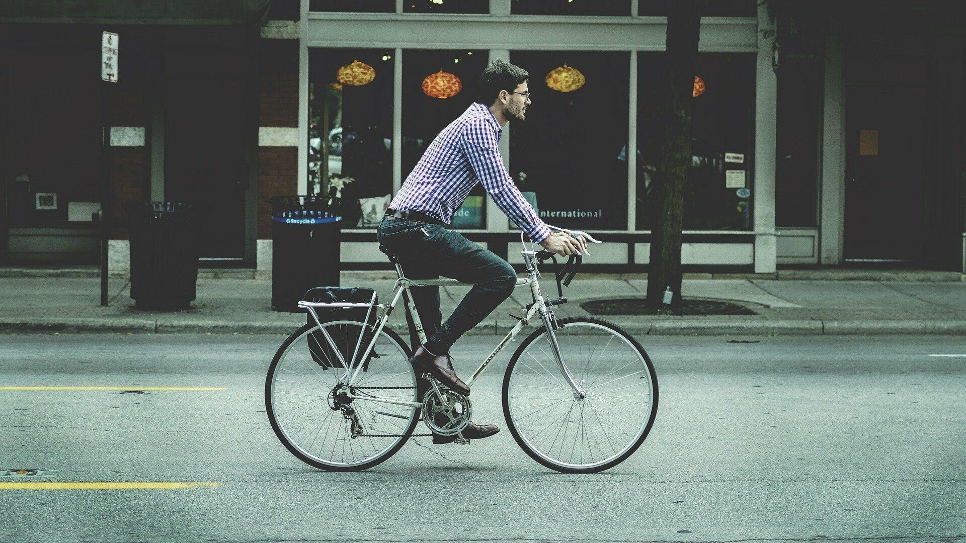 Человек на велосипеде - РИА Новости, 1920, 13.07.2021