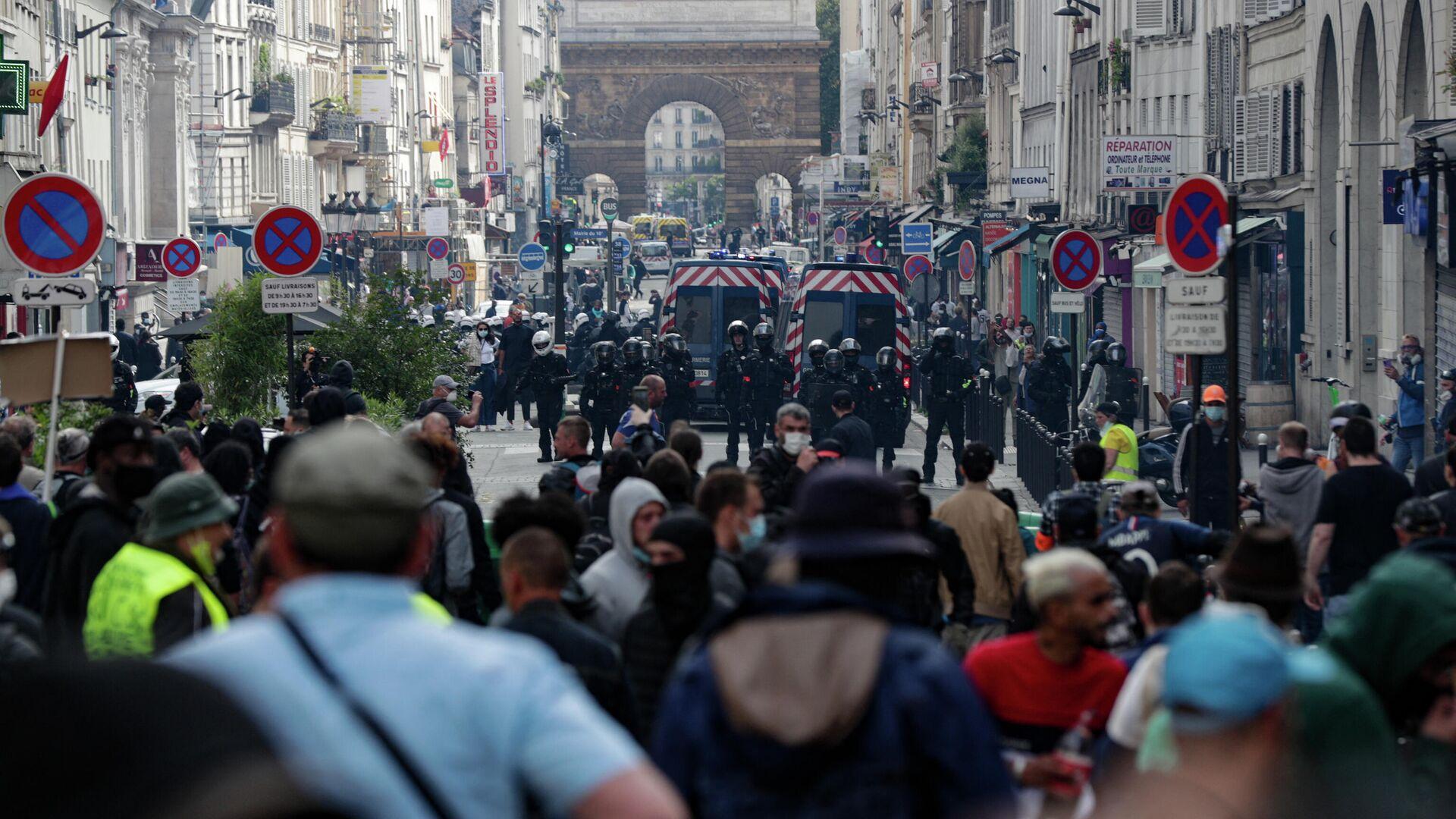Полицейские и участники акции протеста против санитарных пропусков в Париже - РИА Новости, 1920, 14.07.2021