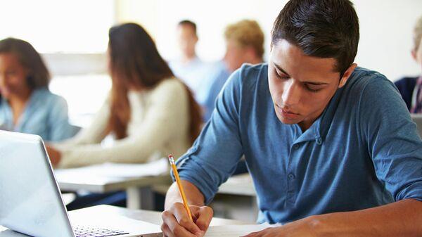 Студент во время сдачи экзаменов