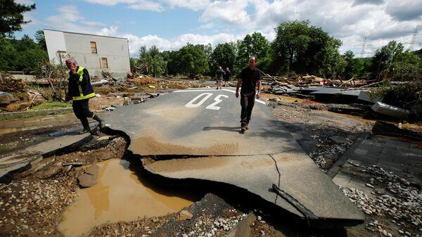 Разрушенная в результате сильных дождей дорога в Бад-Нойенар-Арвайлер