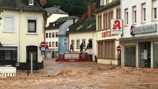 Пожарные забираются в дом в затопленном районе Эранг в Трире, западная Германия