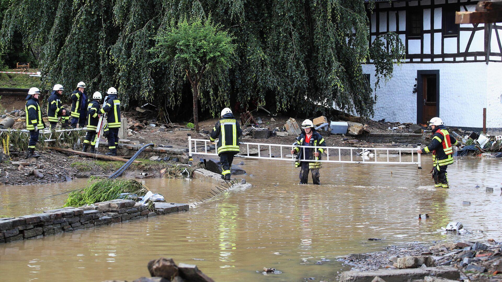Пожарные работают в зоне, пострадавшей от наводнения после проливных дождей в Шульде, Германия - РИА Новости, 1920, 17.07.2021