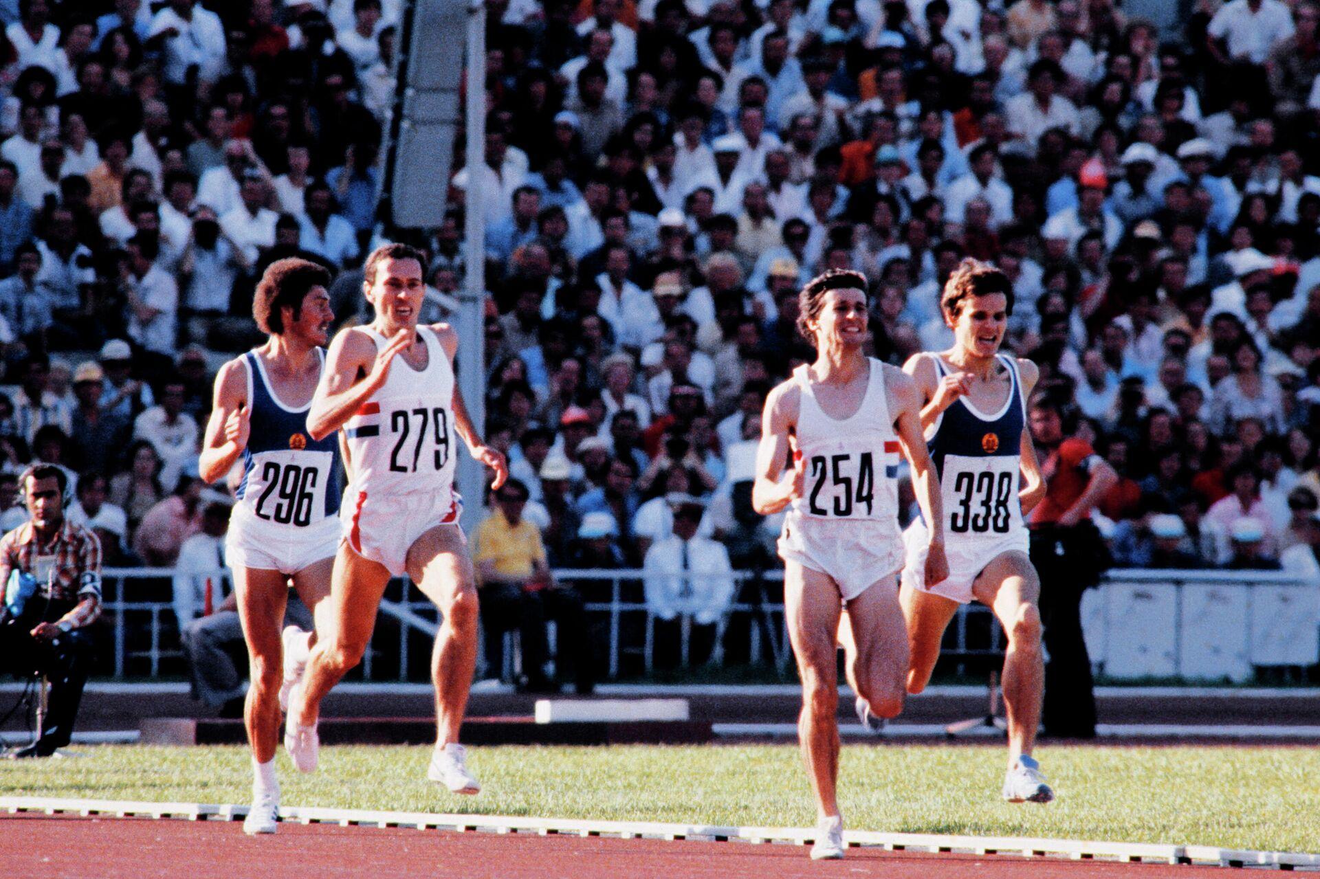 Себастьян Коэ (второй справа) и Стив Оветт (второй слева) на финальном забеге на 1500 метров на Олимпийских играх 1980 года в Москве - РИА Новости, 1920, 16.07.2021