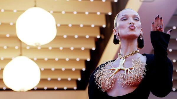 Модель Белла Хадид на  красной дорожке Каннского кинофестиваля