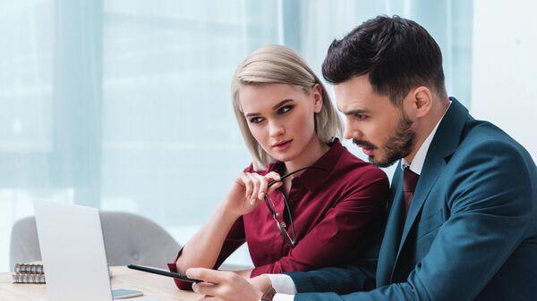 Мужчина и девушка за компьютером