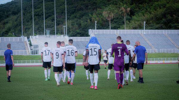 Футболисты олимпийской сборной Германии по футболу покидают поле.