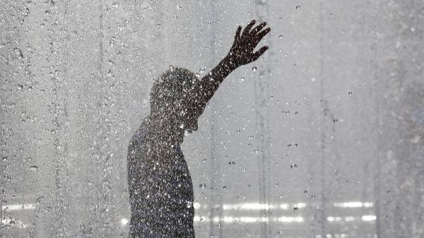 Мальчик купается в фонтане в Волгограде