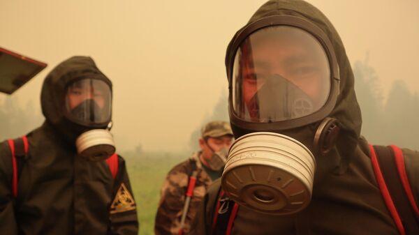 Пожарные тушат лесной пожар в Якутии