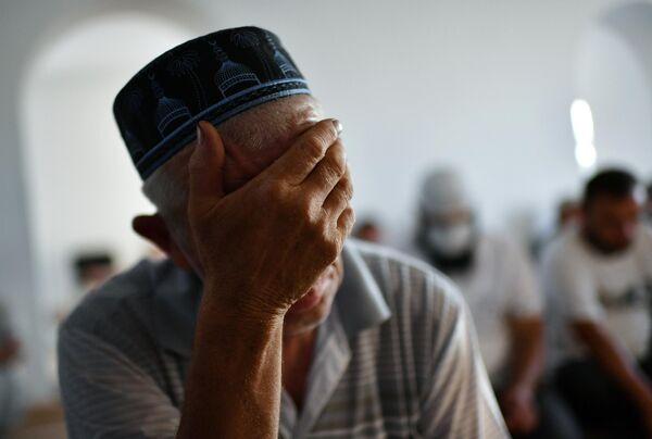 Верующий во время богослужения в честь праздника Курбан-байрам в мечети Янъы Джами в Саках