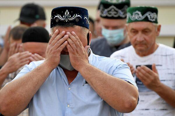 Верующие на намазе в праздник Курбан-Байрам у казанской мечети Марджани