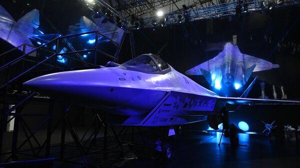 Прототип нового легкого многоцелевого однодвигательного истребителя пятого поколения в павильоне Checkmate на выставке Международного авиационно-космического салона МАКС-2021
