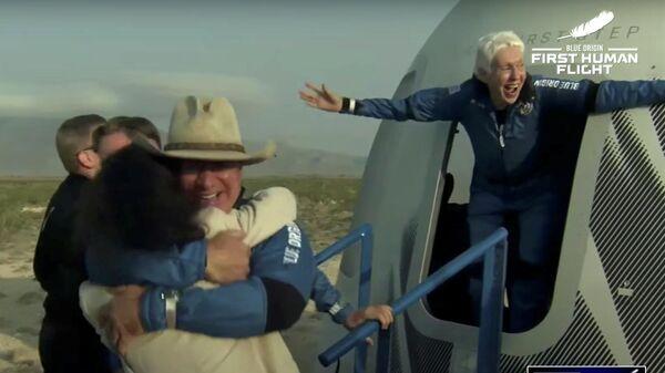 Джефф Безос и Уэлли Фанк после полета на борту ракеты New Shepard