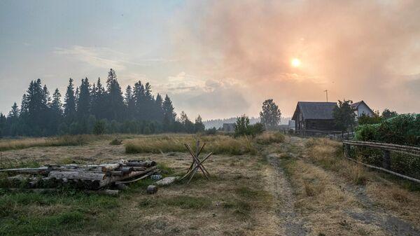 Смог от лесных пожаров в деревне Руга в Пряжинском районе Карелии
