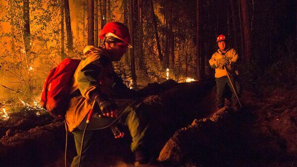 Сотрудники Авиалесоохраны во время тушения лесного пожара в Якутии