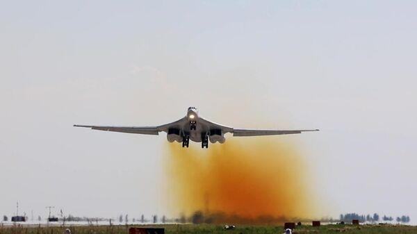 Стратегический ракетоносец Ту-160 начинает плановый полет над водами Баренцева и Норвежского морей