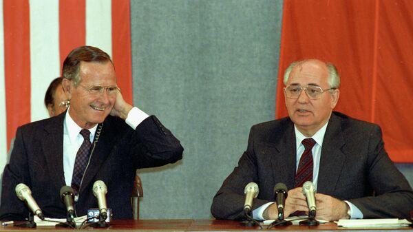 Президент США Джордж Буш и Генеральный секретарь Коммунистической партии Советского Союза Михаил Горбачев после подписания Соглашения СНВ-1 о взаимном устранении стратегическое ядерное оружие двух стран